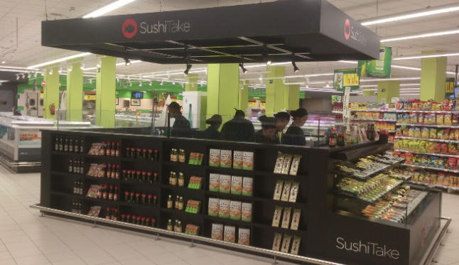 HiperDino in his new stand offers sushi prepared with fresh ingredients of the highest quality, a fusion of Japanese cuisine with Western products