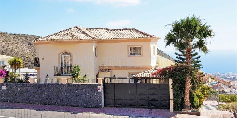 Fantastic independent 5-bedroom villa for sale in Torviscas Alto, Costa Adeje, Tenerife.